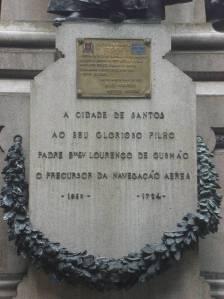 """Monument et plaque commémorative à la mémoire de Gusmâo,le grand """"redécouvreur"""" de l'avion."""