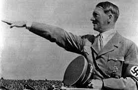 Adoph Hitler saluant la foule.