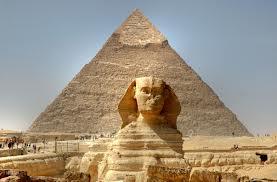 La Grande pyramide et son gardien,le Sphinx. La construction du sPhinx,telle qu'on le connait,remonterait à au moins 12,000 ans.L'érosion sur son dos provient de la pluie et non du sable du désert qui n'existait pas,alors