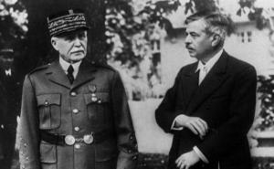 Le Maréchal en compagnie de Pierre Laval ,chef du gouvernement de Vichy.