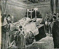 Les funérailles du couple royal,en 1903...Remarquez le positionnement de la croix.