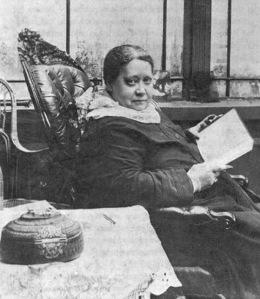 La grande voyante en 1887. Mme  helena P. Blavastsny fut la  fondatrice de la Société Théosophique .