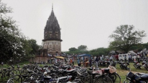 en ce jeudi 17 octobre 2013 sur la photo, les gens visitent le fort du roi Ram Rao Singh Baksh dans Unnao dans l'Etat septentrional de l'Uttar Pradesh, en Inde.