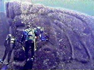Pierre gravée découverte sous la mer,au large d'Okinawa.Une gigantesque pyramide a été découverte,antérieurement,dans ce secteur ,sous la mer.Jadis,une civilisation  comparable à celle de l'Égypte y vivait