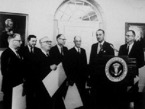 Norbert Wiener en 1948 est honoré par la Maison blanche.