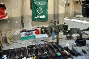 De l'équipement très diversifié provenant surtout  d'Europe,des États-Unis et même d'Israel  fut découvert sur place.Remarquez les drapeaux d'Al Quaïda et du Hamas.
