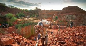 Un travailleur-esclave sur une mine de diamants en Afrique.