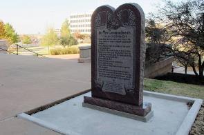 Le monument chrétien sur les '10 Commendements'...une vision spirituelle qui fait partie des valeurs ancestrales des citoyens de l'Oklahoma.