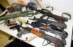Le nombre élevé de gangs de rues  les oblige à s'armer lourdement. Ici  une saisie d'armes dans l'un des groupes  criminalisés vendant la drogue.