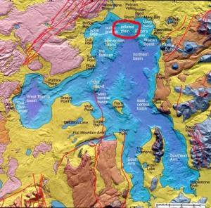 """La carte ci-dessus montre le déplacement, vers le sud ouest, des événements vulcanologiques en fonction du temps. Yellowstone se situe à la verticale d'un """"point chaud"""", c'est à dire de l'extrêmité d'une remontée de magma chaud en provenance des tréfonds de l'écorce terrestre, qui joue le rôle d'un """"chalumeau"""". Il existe à Yellowstone un lac, circulaire. Fin juillet 2004 les géologues ont découvert que le fond de ce lac était remonté de ... 30 mètres. Sur la carte ci-après la zone où cette remontée de fond a été constatée. Quant à la température de l'eau à cet endroit, elle atteint actuellement 88° et ne cesse de croître. Il faut garder en tête que le parc est à une altitude relativement élevée. Ce lac est maintenant fermé au public et sa température se couvre de poissons morts (source : The Idaho Observer). La situation est identique dans la rivière Yellowstone ainsi que dans les différents cours d'eau de la région qui charrient également nombre de poissons passés de vie à trépas. Beaucoup d'aires de pique-nique ont dû être fermées. Dans de nombreuses régions du parc la durée des visites se limite d'elle-même à quelques heures tant la puanteur des remontées sulfureuses est devenue insupportable."""