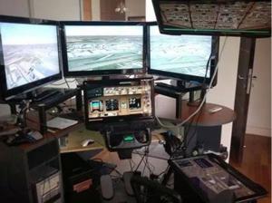 """La police a perquisitionné les domiciles des deux pilotes et examinent le simulateur de vol que le commandant de bord possédait chez lui. Son soutien à l'opposition malaisienne a attiré l'attention. """"Le Monde"""" écrit que """"des messages postés sur Facebook indiquent que le pilote était un opposant actif à la coalition qui dirige la Malaisie depuis 57 ans."""