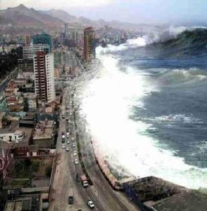 Le tsunami frappe la côte japonaise.Une vague déferle entre 10 à 30 mètres par endroit.