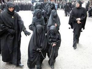 De  jeunes filles musulmanes enchaînées pour être livrées < leurs prédateurs sexuels.