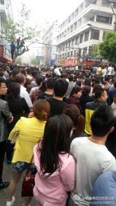 Début du rassemblement des citoyens et citoyennes  en colère devant cette violence meurtrière.