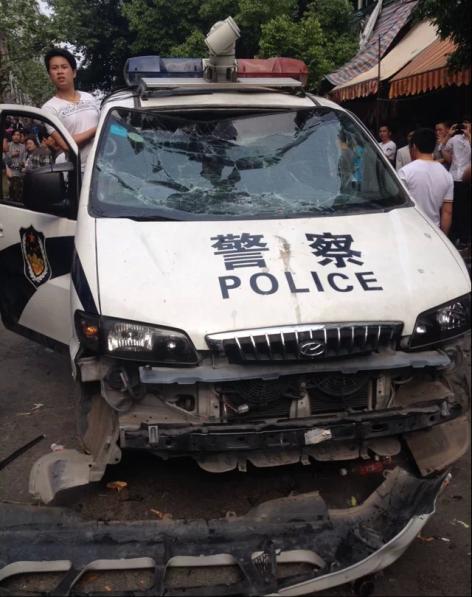 La voiture des policiers a été littéralement prise d'assaut.