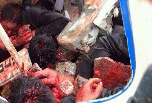 Quatre agents à l'intérieur de la camionnette sont morts alors que la foule a pris des photos d'eux.
