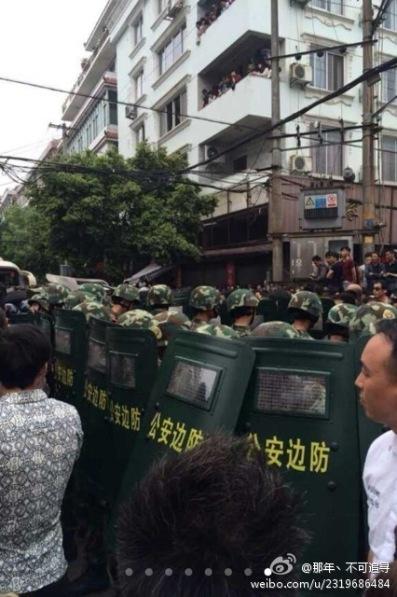 Les troupes militaires  ont finalement été appelés pour disperser la foule.