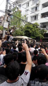 Des centaines,des milliers de gens prirent des  photos de cet événement de violence policière commanditée par le gouvernement communiste chinois.