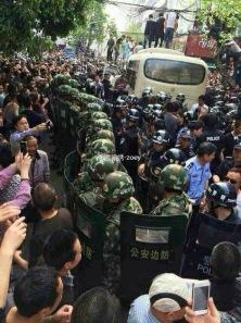 Révolte sanglante en Chine Communiste: des hommes en colère tuent quatre policiers qui ont battus une femme (Attention: images choquantes)