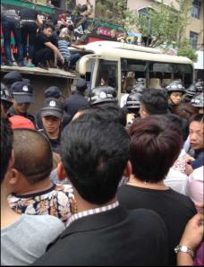 Devant le peuple en colère,les policiers,les bras du système politique,baissaient les yeux.