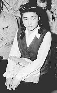 Iva assise lors de son procès aux États Unis...pour haute trahison.