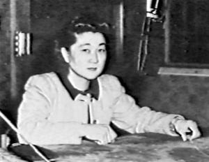 Iva Toguri au micro d'une importante  émission radiophonique ,à Tokyo.