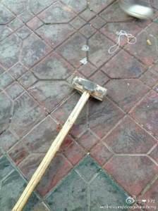 L'arme du crime:C'est le marteau avec lequel le Chengguan a frappé jusqu'à ce qu'il vomisse du sang. Il est mort sur le chemin de l'hôpital.
