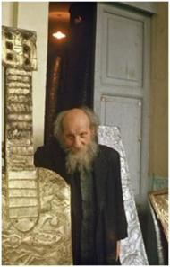 Le Père Crespi derrière une  pièce massive.