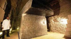 Regardez ici comment cette pierre a été posée avec grande précision...etremarquez l'étroitesse des lieux.On ne peut mettre dix hommes dans cet espace et lever cette pierre au-dessus de leurs têtes.