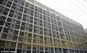sinistre: un grillage de compensation a été mis en place travailleur extérieur dortoirs bâtiments à Chengdu et Shenzhen après une vague de suicides de l'an dernier.