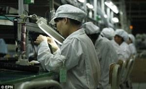 Ligne de production: L'enquête a révélé que  des quantités illégales d'heures  de travail supplémentaires sévissait et les travailleurs ont affirmé qu'ils n'étaient pas autorisés à parler durant le quart