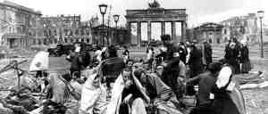 """Le 2 mai 1945 ,devant la porte de Banderburg,à Berlin,un photographe prendra cette photo qui sera  plus tard connue comme la photo des """"Branderburgers""""."""