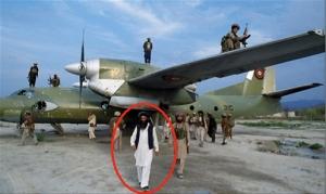 Mon image favorite,car elle simbolise  les grands changements du siècle passé:le chef taliban,  Jalaluddin Haqqani ,chef du réseau du même nom,pause ici devant son avion personnel à l'aéroport de  Khost ,après sa victoire sur l'Union Soviétique,en 1989.Notons que les trafiquants de drogues et la CIA l'aimaient beaucoup.