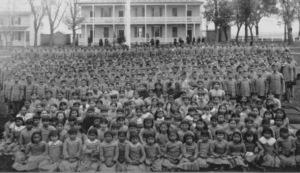 Ce sont des dizaines de miliers de jeunes enfants amérindiens qui furent sacrifiés dans leurs résidences scolaires.