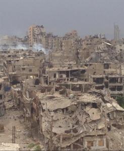 La ville de Homs,en Syrie  photographiée en mai 2014.Grâce aux mercenaires envoyés par Israel et l'OTAN,elle montre de belles ruines toutes neuves.