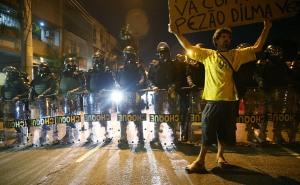 RIO DE JANEIRO, BRÉSIL - 15 juin: bloc de la police militaire des manifestants anti-Monde de la FIFA qui tentent de marcher vers le stade Maracana le 15 Juin 2014, Rio de Janeiro, au Brésil. Aujourd'hui, c'est la quatrième journée de la Coupe du Monde de la FIFA 2014. (Photo par Mario Tama / Getty Images)