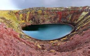 10-Le lac volcanique Askja   ou   lac Viti,un  lac géothermique unique au monde, Askja - Islande. Dans les hauts plateaux du centre de l'Islande ce lac volcanique incroyable est basé. Le nom est en référence aux chaudières Askja sont autour des pentes des montagnes voisines. Un grand lac appelé Oskjuvatn formé d'une éruption majeure en 1875 et maintenant remplit de nombreux petits cratères dans la région. Comme le deuxième lac le plus profond en Islande, le lac et les cratères environnants sont gelés plupart de l'année.