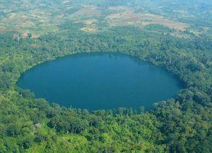 11.-Le lac volcanique  de Kerid - Islande. Avec sa caldeira intacte et  unique, visiblement reconnaissable, le lac volcanique Kerid est un circuit touristique populaire appelé «cercle d'or». Il a été formé lorsque la terre a tremblé sur des endroits spécifiques. La raison pour laquelle la chaudière est toujours aussi visible, car ce lac volcanique est environ la moitié de l'âge de la plupart des autres.Une caldeira vieille d'environ 3000 ans.