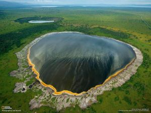 Le lac volcanique d'Albertine Rift ,en Afrique.  Les explosions volcaniques sont responsables de la création d'une série de lacs de cratère dans la région. Autour de ces lacs protégées sont quelques-unes des plus hautes montagnes d'Afrique.