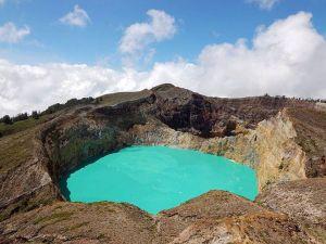 4-Lac volcanique de Quilotoa ,Équateur Il y a 800 ans une puissante  explosion de force   VEI-6 provoque la formation de ce lac volcanique. Le lac est maintenant de 820 mètres de profondeur et émet une lumière verdâtre provenant  des minéraux dissous dans l'eau. Il y a des sources chaudes sur le bord oriental du volcan et des  fumerolles présentes dans le lac (un mélange de gaz et de vapeurs provenant des fissures externes d'un volcan à des températures élevées).