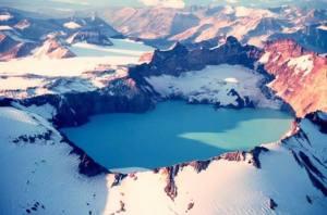 8-Le Lac volcanique principal à Vulcan Point, le volcan Taal, Luzon Philippines. Connu comme l'un des endroits les plus pittoresques de la Philippines, ce lac volcanique est à 31 miles de Manille. Dans le centre du cratère, un grand pic en saillie rocheuse sur la surface, qui était autrefois le cratère, mais maintenant est passé à la surface de l'eau. Le principal lac volcanique à Vulcan point est de 1,2 miles de large et comprend le plus grand centre detoute  l'île .