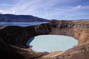 9-Le lac volcanique du Mont Katmai ,en Alaska. Au sommet du  mont Katmai, Alaska - États-Unis. En 1912, l'éruption du Novarupta a  provoqué la formation de ce lac volcanique en Alaska.