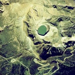 """15.-Le lac  volcanique  d'Okama  du mont Zao - Honshu, Japon. Il y a un certain nombre de volcans actifs dans la région du nord de Honshu. Le centre comprend les dômes de lave du volcan  et un cône d'écorce, ici se trouve le lac de cratère Okama. Comme ce lac volcanique change de couleur avec le temps, il a gagné le surnom de """"Cinq Couleur Pond"""" ou """"lac des cinq couleurs."""" Une éruption volcanique en 1720 est responsable de sa profondeur, qui est actuellement de 200 pieds, ce qui attire de nombreux touristes."""