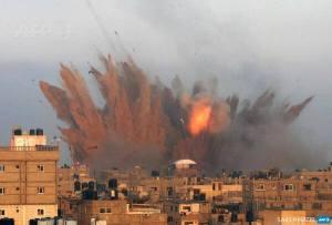 Gaza bombardée par  les avions de l'état sioniste d'Israel,le 12 juillet 2014.Ce sont ces images qui font la délectations des sionistes assis  devant leurs télé. Gaza est l'un des territoires les plus surpeuplés au monde.Dire que l'on bombarde Gaza pour atteindre le Hamas est de l'irresponsabilité pure.