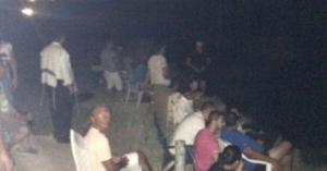 La photo d'un groupe d'Israéliens, réunis pour regarder les bombardements opérés par leur pays sur la bande de Gaza comme s'ils suivaient un match de football, a provoqué un tollé sur Twitter. La photographie a été prise à Sderot, une ville israélienne proche de la frontière avec Gaza, et publiée sur Twitter par le journaliste danois Allan Sörensen qui travaille pour le quotidien Kristelig Dagblad. « Cinéma de Sderot. Des Israéliens apportent des chaises au sommet d'une colline de Sderot pour regarder les dernières nouvelles de Gaza, applaudissant quand des explosions se font entendre« , a-t-il écrit comme commentaire. La photo a été retweetée 8 000 fois et a suscité une controverse internationale. « Que Dieu nous vienne en aide si c'est vrai », a réagi une personne sur Twitter. « Qu'est-il advenu de l'humanité ? » ; « L'image la plus horrible que j'ai vue ces derniers jours », a déclaré une autre. « Inhumain, méprisable et nauséabond », juge une troisième. Souvenez-vous, il y a quelques mois, une vidéo avait déjà été prise à ce même endroit, dans laquelle on voit des auto-élus nous expliquer à quel point ils trouvent formidable de venir regarder les Palestiniens se faire bombarder. En 2012, François Hollande déclarait : « Israël est très critiqué car c'est une grande démocratie ». Il y a quatre jours, 9 juillet 2014, le site officiel de l'Élysée publiait un communiqué dans lequel on apprenait que la France soutient totalement Israël.  Quelle sera la prochaine étape ? Hollande bientôt assis à coté des sionistes sur les chaises longues pour contempler les bombardements ?