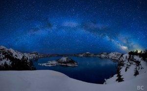 Volcanique du mont Mazama Lake, Oregon Etats-Unis.    L'un des lacs volcaniques  les plus célèbres dans l'Oregon, en fait c'est le lac le plus profond des Etats-Unis, avec une profondeur de 1949 pieds! La pluie et la neige sont entièrement responsables de combler cette lacune, il est donc une source évidente d'eau douce.