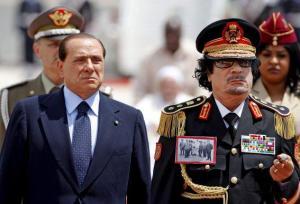 """Le numéro un libyen se lance quelques années plus tard dans une politique de réconciliation avec l'Italie. Il arrive le mercredi 10 juin 2009 à Rome pour une visite que le gouvernement italien qualifie """"d'historique"""". Rome et Tripoli devraient ainsi définitivement solder les comptes de la décolonisation. L'Italie verse des dédommagements, en contrepartie la Libye s'engage à mieux contrôler l'immigration clandestine au départ de ses côtes."""