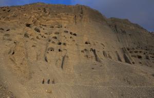 Grimpeurs et scientifiques suivent un sentier au-dessus de la rivière Kali Gandaki.