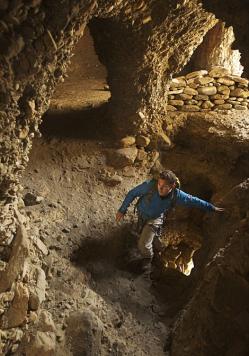Découverte: Un scientifique entre dans un labyrinthe de chambres dans une grotte près de Chuksang pillé