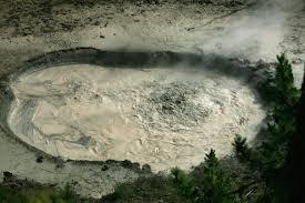 Une mare de boue...bouillonnante a été découverte récemment,en 2014.